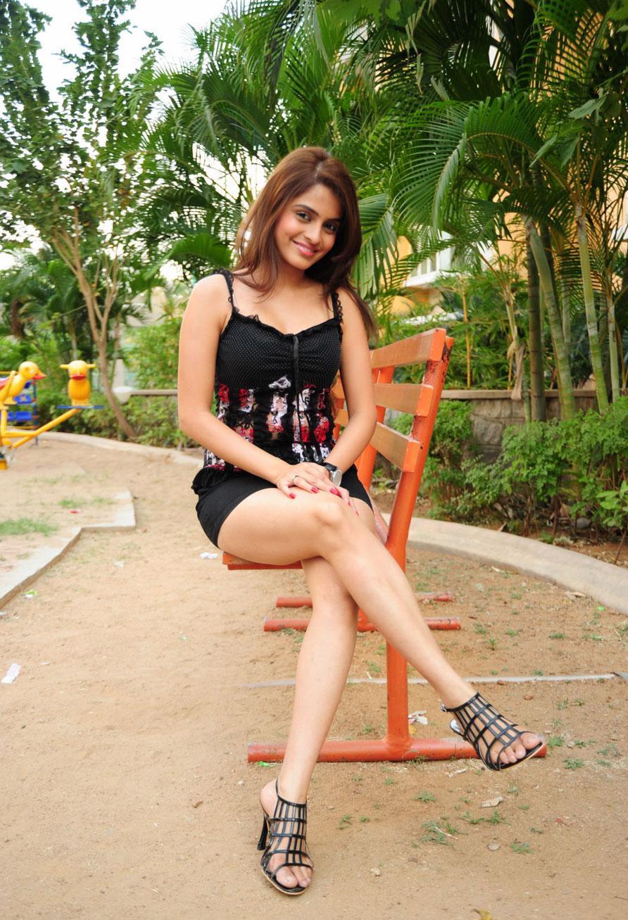 Sheena Shahabadi Showing Sexy Hot Legs  Hotspicypics-1113
